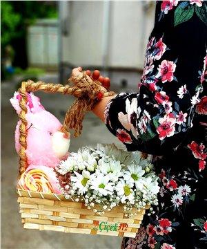 Sepette Sevimli Tavşan ve Papatyalar